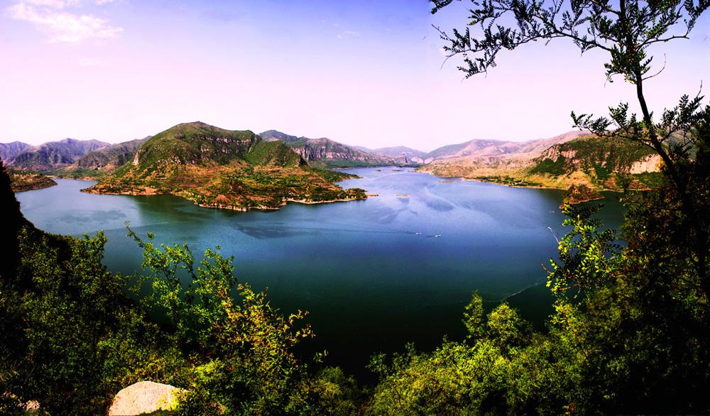 是 全国著名的风景区,主要景点有八泉峡,红豆峡,黑龙潭和紫团山等构成