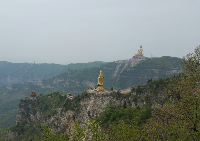 仙堂山,是我国东晋时期的佛教圣地,也是一个迷人醉客的风景区,仙堂山在襄垣县城北,因建于半山腰的仙堂寺而得名。该山原名九龙山,主峰海拔有1700米,仙堂山十分秀美,像是一位在大山深闺中娇媚怕羞的少妇。黎城的广志山,使人感到一种男性的阳刚气概,仙堂山则使人觉得犹如投进母性的怀抱。许多人认为仙堂山曾是和尚的天地,据说东晋时此地已有寺院;然而女娲应是仙堂山最早的主人,山中北崖上的娲皇阁即可作证。   交通信息: 长治市内最近开通旅游大巴,在长治客运东站购票,可以乘坐旅游大巴到达旅游景区门口,车票价格便宜,可以