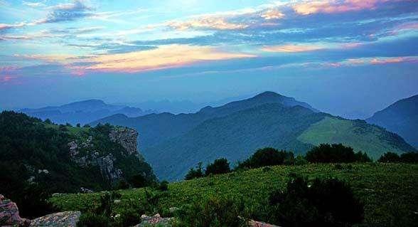 游玩信息: 山西历山风景区四季皆宜,最佳旅游季节为4到10月.